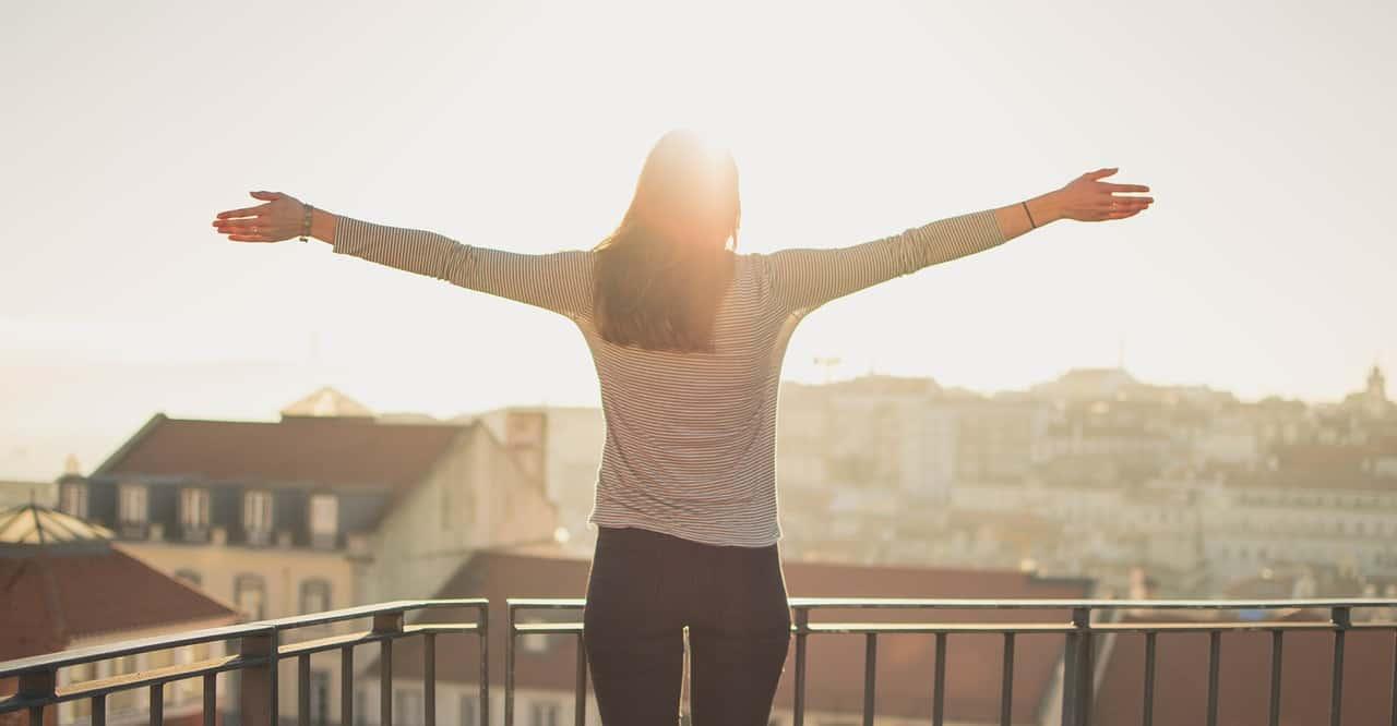 אישה עומדת במרפסת