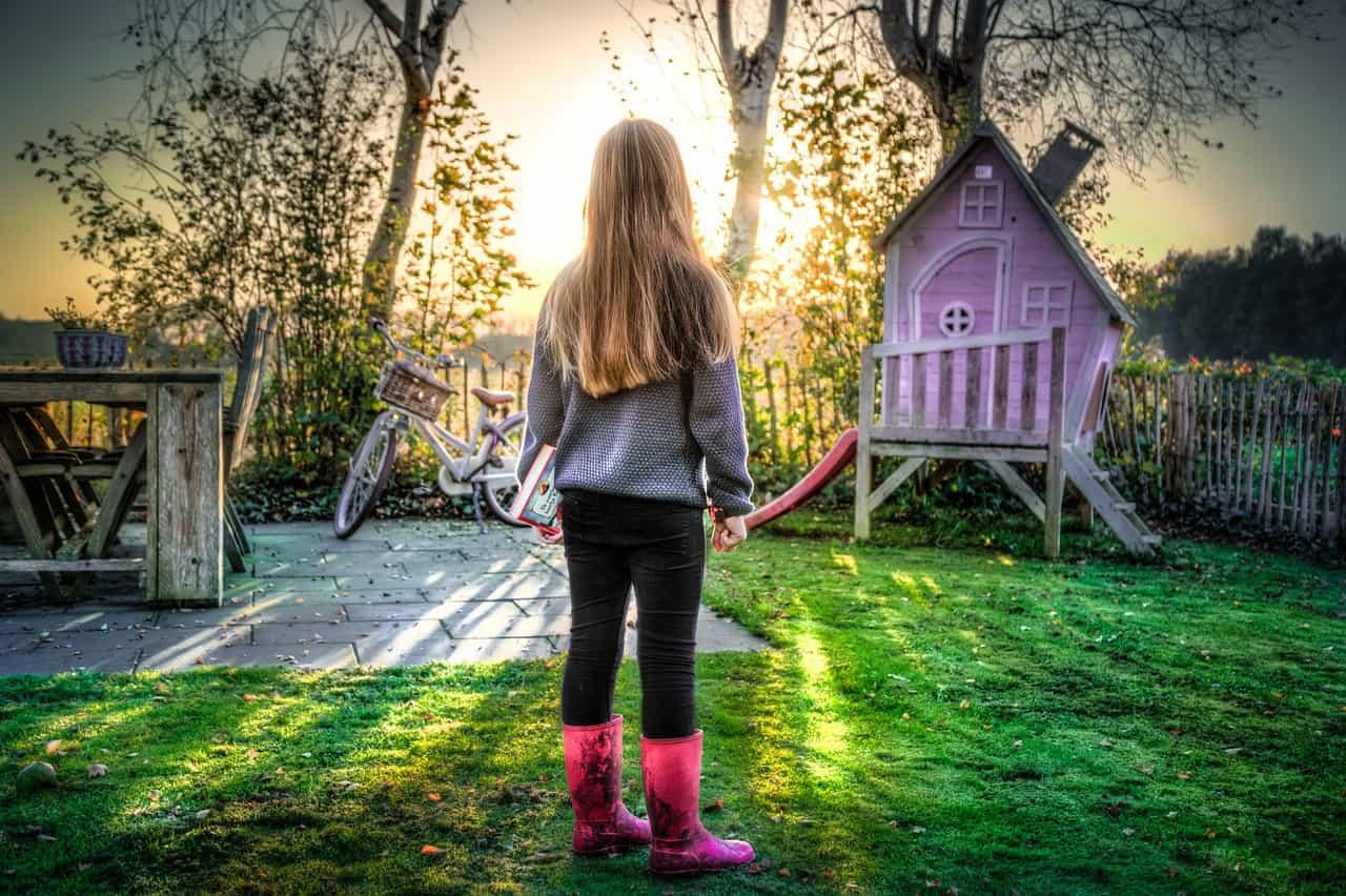 ילדה בחצר הבית