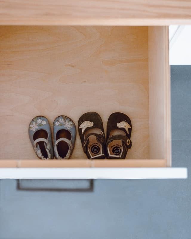 אחסון לסנדלים ונעליים